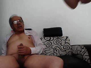 一名年轻女子手淫一位老人,他说完了
