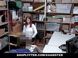 红头发的青少年抓住了用性骚扰说服军官