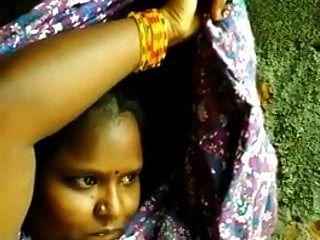 南印度泰米尔女孩显示bf的boob自拍照