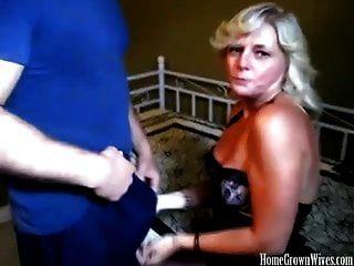 性感丰满的金发妻子挤奶大公鸡