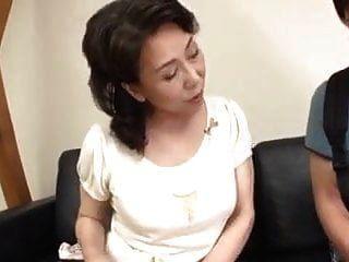 日本妈妈被继子抓住了