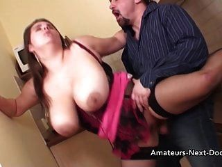 大自然boobed业余家庭主妇在她的厨房里性交