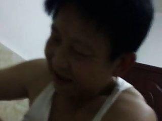 中国奶奶试图满足她在女牛仔的男人