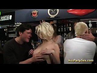 金发碧眼的青少年撞在鸡尾酒吧