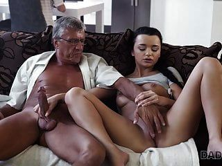 daddy4k。 老人和年轻的恋人背后都有自发的性行为......