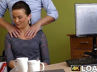 年轻的女士被悬挂的债权人大致砸在办公室里