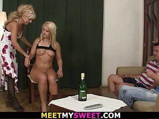 金发妈妈和老爸与儿子的女朋友玩得开心