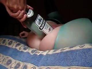 热辣的妻子让丈夫在她的阴部放一个大瓶和拳头