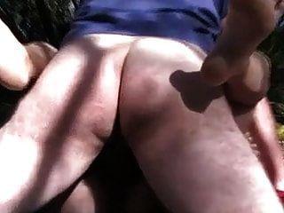 cuck拍摄他的妻子外面吸吮和他妈的陌生人